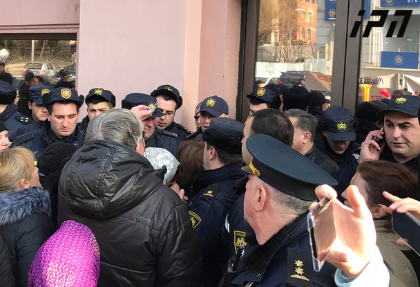 რა ხდება ამ წუთებში ქართული ოცნების შტაბთან მობილიზებული განსაკუთრებით დიდი რაოდენობით პოლიცია